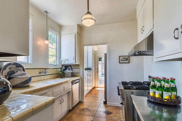 آشپزخانه در منزل اشلی بنسون